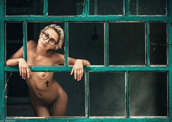 Девушка в окне, художественное ню